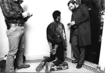 Rechercheurs lezen de Miranda-rechten voor aan een voortvluchtige misdadiger (1984)