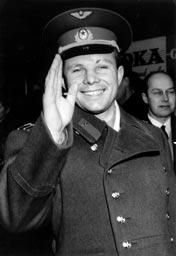 ソ連の宇宙飛行士ユーリ・ガガーリンは、人類初の宇宙旅行者である。