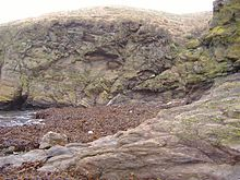 Geologische breuk bij Niarbyl, Eiland Man. De smalle witte diagonale lijn in het midden van de foto is het enige nog zichtbare teken van de Iapetus Oceaan.