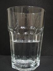 Een doorzichtig glas met doorzichtig water erin