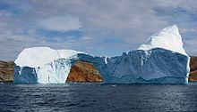 Water in drie toestanden: vloeistof (inclusief de wolken, die aërosolen zijn), vast (ijs) en gas (waterdamp, die onzichtbaar is)