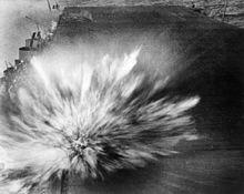 Een Japanse bom ontploft op het vliegdek van de Enterprise op 24 augustus 1942 tijdens de Slag om de Oost-Solomons. Het veroorzaakte een kleine hoeveelheid schade.