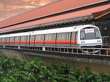 Een C751B trein op Eunos MRT Station.