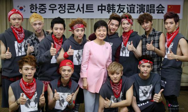 EXO com Park Geun-hye em 2013