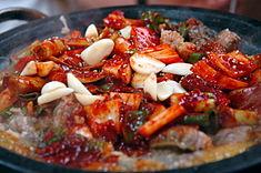 Kkomjangeo bokkeum (꼼장어 볶음), koreańskie danie rybne smażone na mieszanej patelni z rybą Eptatretus burgeri.