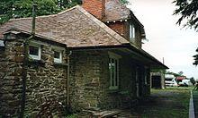 Detail nádražní budovy, 1996. Kolejiště v té době nebylo ve vlastnictví železnice.