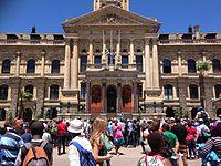Een menigte die zich verzamelt op het oude stadhuis van Kaapstad, de dag na de dood van Mandela.