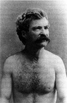 Um homem com cabelos na cabeça, no rosto e no corpo.
