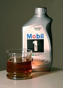 Syntetyczny olej silnikowy