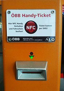 """Met deze machine van de Oostenrijkse Staatsspoorwegen kunnen tickets ook met NFC-technologie worden gevalideerd. Als een NFC-compatibele mobiele telefoon ter plaatse wordt gehouden met de tekst """"NFC"""", wordt een SMS-bericht met een ticket verstuurd."""