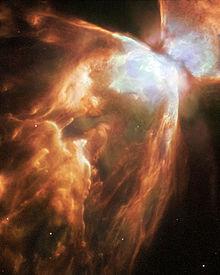 Nebel NGC 6302. Die rote Farbe wird durch ionisierten Stickstoff verursacht.