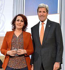 Nagham Nawzat in 2016 met de Amerikaanse minister van Buitenlandse Zaken John Kerry