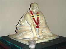 Neem Karoli Baba Sculptuur in Ram Dass Bibliotheek.