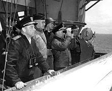 Luitenant-generaal Omar Bradley (tweede van links) en andere hoge officieren aan boord van de USS Augusta tijdens de Normandische invasie.