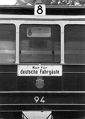"""Nur für Deutsche (""""Alleen voor Duitsers"""") op een trein in het door de nazi's bezette Polen"""