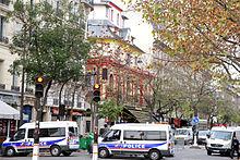 Politie bewaakt de plek van het theater, de dag na de aanslagen