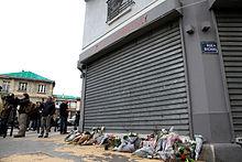 Bloemen op een van de plaatsen van de aanval, de dag nadat het gebeurde