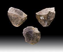Een Oldowan steenhouwer, het meest elementaire gereedschap van menselijke steen.