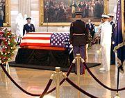 Reaganova rakev v Rotundě Kapitolu Spojených států amerických 9. června 2004.