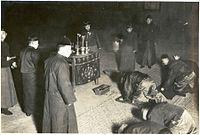 Mandžuský obchodník v Yingkou víta boha peňazí Cai Shena vo svojom dome deň pred čínskym novým rokom niekedy v roku 1910