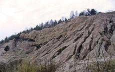 Water dat bergafwaarts beweegt kan stukken rots en grond meevoeren
