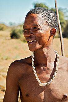 Племя сан с традиционным ожерельем.
