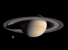 Saturnus vergeleken met de grootte van de Aarde
