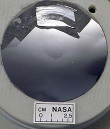 Een dunne snede van een groot kristal silicium dat zeer glad is. Dit is het soort silicium dat in computers kan worden gebruikt omdat het zeer zuiver is.