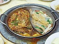 """Singapurské """"parné člny"""", iný názov pre horúci hrniec, sú ohrievané hrnce s polievkou, v ktorých si všetci pri stole pripravujú prílohy z mäsa, rýb, zeleniny a iných vecí."""