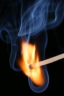 Ein Streichholz brennt