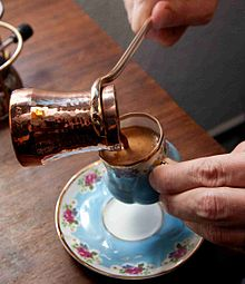 Dikke Turkse koffie, gemaakt in een speciale koperen pot