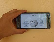Smartphone gebruikt om Wikipedia te lezen