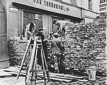 Nazi's bouwen een muur om ervoor te zorgen dat de Joden niet kunnen ontsnappen uit dit getto in Warschau.