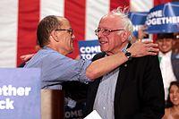Sanders s předsedou DNC Tomem Perezem na shromáždění jednoty v arizonské Mesě, duben 2017.