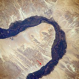 Locatie van de vallei in de Thebaanse Heuvels, ten westen van de Nijl, oktober 1988 (rode pijl toont locatie)
