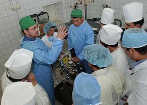 Anesthesist van het Amerikaanse leger geeft les in het gebruik van een anesthesieapparaat in een mobiel ziekenhuis in Fergana, Oezbekistan