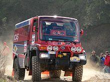 een Mercedes-Benz Unimog vrachtwagen met een rolkooi in de Dakar Rally van 2006