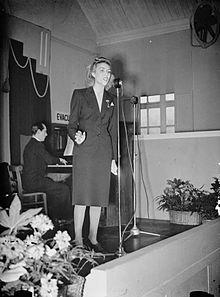 Lynn zingt in 1941 in een munitiefabriek...