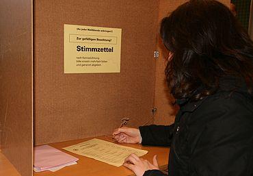 """Vandaag de dag kiest een verkiezing in Duitsland een van de vele opties (of kandidaten). Het bericht vertelt de kiezers om """"elk stembiljet meerdere keren te vouwen en apart in te leveren""""."""