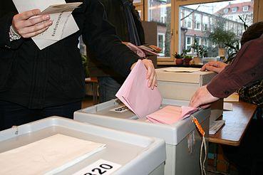 Elk gevouwen papier wordt in een doos gegooid.