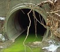 les déchets provenant d'une canalisation d'égout sont un exemple de pollution de l'eau