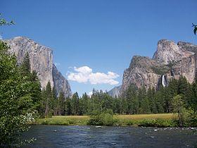 Ein Blick auf das Yosemite Valley vom Merced-Fluss, einem Nebenfluss des San Joaquin-Flusses